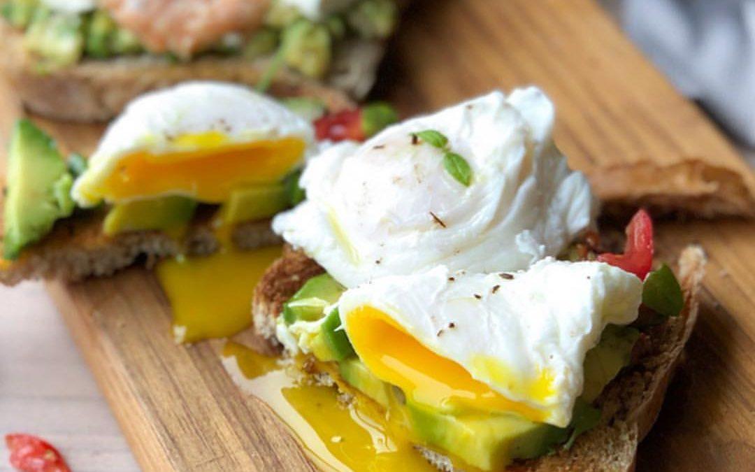 Avocado Toast com ovos pochè, com salmão e cream cheese ou com bacon crocante