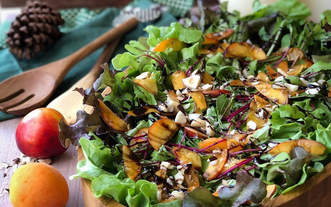 Salada verde com lâminas de nectarina e damascos frescos e redução de balsâmico