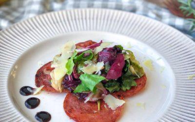 Saladinha de escarola verde e roxa com salame frito