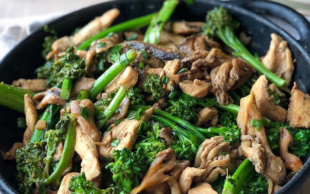 Frango com mix de cogumelos frescos e brócolis