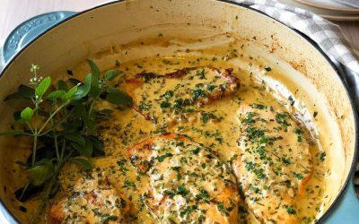Peito de frango com molho de ervas frescas e vinho branco